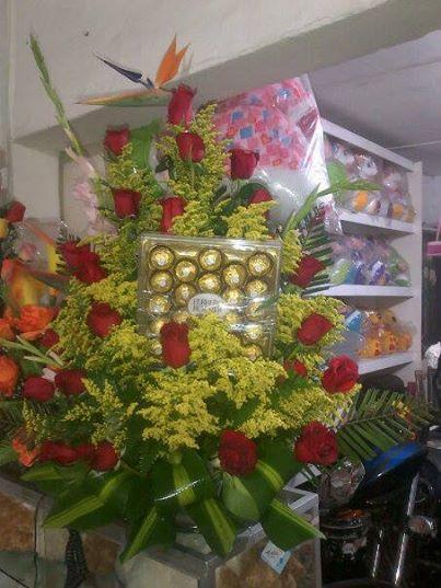 arreglo en rosas rojas y chocolates