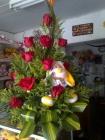 arreglo de rosas rojas y peluche