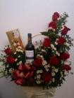canasta en rosas con vino y chocolate